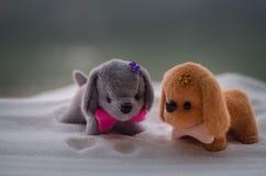 Chien de jouet - un symbole de la nouvelle année sous la neige dans la perspective du sapin s'embranche Le chien de jouet comme s Images libres de droits