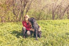 Chien de Labrador embrassant une femme Photographie stock