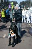 Chien de chien-loup irlandais et son propriétaire à la célébration de jour du ` s de St Patrick à Moscou Photos libres de droits