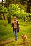 Chien de Shiba Inu et une fille en parc Photographie stock libre de droits