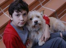 Chien de terrier d'étreinte de garçon d'adolescent Images libres de droits