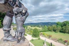Chien en bronze, château de Powis, Pays de Galles image stock