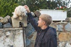 Chien et homme - chien et jeune homme ayant l'amusement dans un parc - concepts de l'amitié, animaux familiers, unité Photographie stock