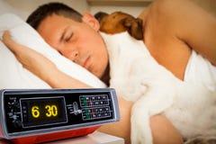 Chien et propriétaire dormant ou rêvant ensemble Photo libre de droits