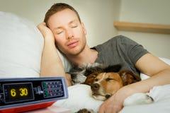 Chien et propriétaire dormant ou rêvant ensemble Photographie stock libre de droits