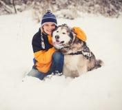Chien et son propriétaire - chien et jeune homme frais Photographie stock libre de droits