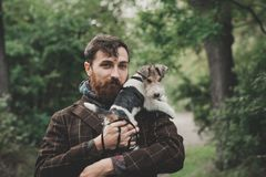 Chien et son propriétaire - chien frais et jeune homme ayant l'amusement dans un parc - concepts de l'amitié, animaux familiers,  Photos libres de droits