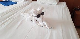 Chien fait de serviette de whitr photo stock