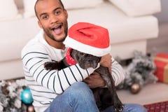 Chien noir mignon utilisant un chapeau de Santa Image stock