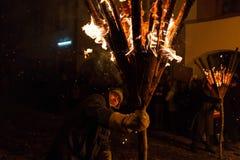 Chienbäse - homme avec le bâton brûlant de balai Photo stock