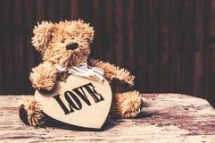 Chienchien de jouet avec le coeur en bois Photo libre de droits