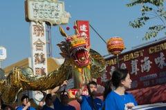 Chienese drake under den 117. guld- Dragon Parade Fotografering för Bildbyråer