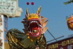 Chienese drake under den 117. guld- Dragon Parade Arkivfoton