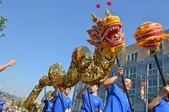 Chienesedraak tijdens 117ste Gouden Dragon Parade Royalty-vrije Stock Foto's
