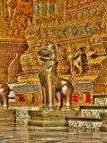 Chiens de démon de gardien sur l'entrée du palais Bangkok, Thaïlande de rois Photos libres de droits