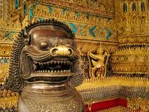 Chiens de démon de gardien sur l'entrée du palais Bangkok, Thaïlande de rois photos stock