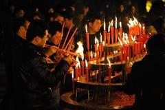 Chiense Leute brennen Duft für gutes Glück. stockfotos