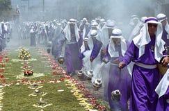 Chierichetti che oscillano gli incensieri nella processione di settimana santa immagini stock