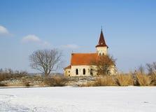 Chiesa abbandonata della st Linhart sul bacino idrico congelato di Musov Fotografia Stock Libera da Diritti