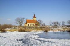 Chiesa abbandonata della st Linhart sul bacino idrico congelato di Musov Fotografie Stock