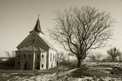 Chiesa abbandonata della st Linhart sul bacino idrico congelato di Musov Immagine Stock