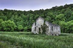 Chiesa abbandonata nel campo Immagini Stock