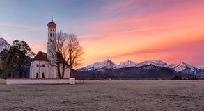Chiesa ad alba, alpi, Baviera, Germania della st Coloman Fotografie Stock Libere da Diritti