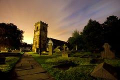 Chiesa alla notte Fotografie Stock Libere da Diritti