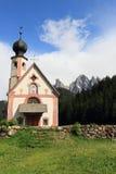 Chiesa alle alpi delle dolomia, Italia Immagine Stock Libera da Diritti