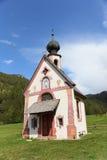 Chiesa alle alpi delle dolomia, Italia Fotografie Stock