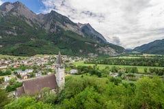 Chiesa in alpi Vecchia chiesa nelle alpi del Liechtenstein Mountain View Fotografia Stock