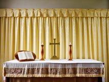 Chiesa: altare moderno semplice con le candele Fotografia Stock