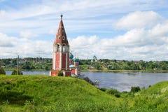 Chiesa antica dell'icona della madre di Dio Kazan contro lo sfondo di estate Volga nel pomeriggio di luglio Tutaev, Russia Immagini Stock Libere da Diritti