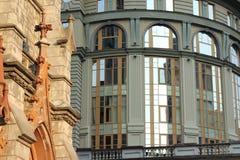 Chiesa antica su un fondo di un centro di affari moderno Fotografia Stock Libera da Diritti