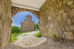 Chiesa antica, vista stupefacente attraverso il passaggio del tunnel, Lesnovo, Macedonia Fotografia Stock