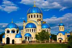 Chiesa astratta blu sul campo Immagine Stock