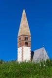 Chiesa attraverso i prati Fotografia Stock Libera da Diritti