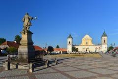 Chiesa barrocco e un monumento fotografia stock