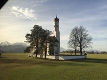 Chiesa bavarese cattolica nella campagna Immagine presa nel 2015 Vista delle alpi bavaresi nei precedenti Immagini Stock Libere da Diritti