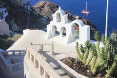 Chiesa Belhi dell'arenaria dei cactus sopra il mar Egeo Immagini Stock Libere da Diritti