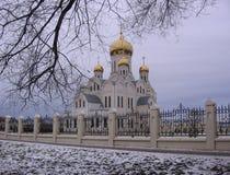 Chiesa bianca con le cupole dorate un giorno triste di autunno fotografia stock libera da diritti