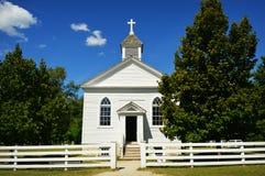 Chiesa bianca del paese Fotografie Stock