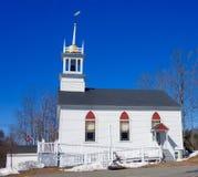 Chiesa bianca della Nuova Inghilterra dell'assicella nell'inverno Fotografia Stock