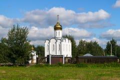 Chiesa bianca elegante graziosa sui precedenti del paesaggio di estate Fotografia Stock Libera da Diritti