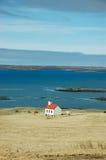 Chiesa bianca, mare del turchese, hayfield, Islanda Immagine Stock