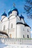 Chiesa bianca ortodossa con le cupole blu Fotografia Stock