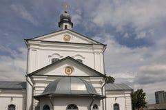 Chiesa bianca ortodossa cristiana con le cupole e gli incroci d'argento dell'oro Fotografie Stock