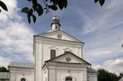 Chiesa bianca ortodossa cristiana con le cupole e gli incroci d'argento dell'oro Immagine Stock