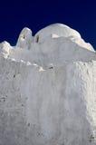 Chiesa bianca sotto un cielo blu profondo Fotografia Stock Libera da Diritti