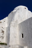Chiesa bianca sotto un cielo blu profondo Immagini Stock Libere da Diritti